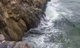 强的海波浪击碎峭壁在酸值Sichang,春武里市,泰国 免版税库存照片
