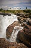 强的瀑布和异常的岩层 免版税库存图片