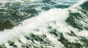 强的碎波创造的浪端的白色泡沫 免版税图库摄影