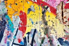 强的表面结构以其余在混凝土墙上的油漆抽象背景的 免版税库存照片