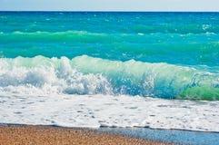 强的起泡沫的波浪和海滩