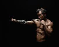 强的运动人showes赤裸强健的身体 免版税库存照片