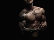 强的运动人showes赤裸强健的身体 库存图片
