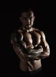 强的运动人showes赤裸强健的身体 库存照片