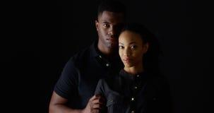 强的年轻黑夫妇剧烈的画象  库存照片