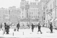 强的暴风雪在圣彼得堡 走在Sennaya广场附近的人们 免版税库存照片