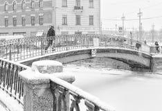 强的暴风雪在圣彼得堡 走沿Sennoy桥梁的人们 库存照片
