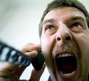强调的恼怒的人电话尖叫 免版税库存照片
