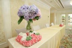 强调色接收样式紫罗兰色婚礼 免版税库存照片