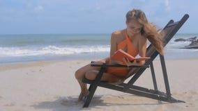 强风吹震动在海洋海滩的女孩头发 影视素材