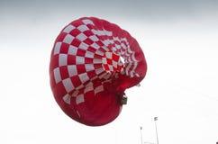 强风和一个热空气气球灾害 库存图片