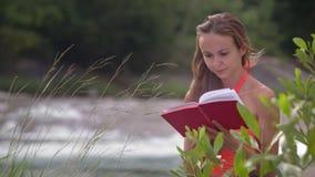 强风由河震动女孩头发书页 股票视频