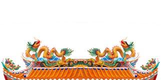归档在中国寺庙屋顶被隔绝的白色backgroun的双龙 库存照片