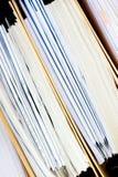 归档堆,文件夹关闭为背景。 免版税图库摄影