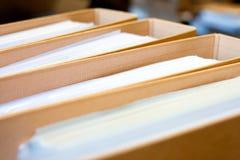 归档堆,文件夹关闭为背景。 图库摄影