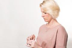 归档她与拷贝空间的白肤金发的妇女自己的钉子 免版税库存照片