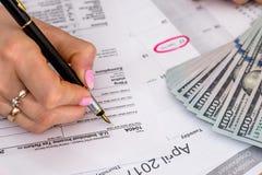 归档美国报税表的妇女 免版税库存照片