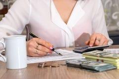 归档美国报税表的妇女 库存图片
