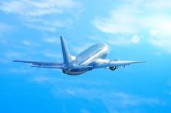 当上升的蓝天覆盖时,飞机在湿,潮湿的天气,在机体下的水流量离开 免版税图库摄影