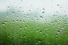 当下雨时,浇灌在镜子的下落 库存图片