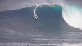 当专业冲浪者乘驾在美妙的4k海洋海景,执行特技巨大的土耳其玉色泡沫冲浪的波浪飞溅 影视素材