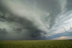 当严厉雷暴接近,一朵形成弧光的架子云彩今后赛跑 图库摄影