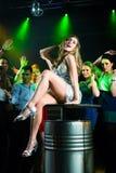 当事人在迪斯科或俱乐部的人跳舞 免版税图库摄影