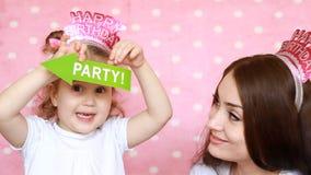 当事人 家庭-母亲和女儿一起戏剧和笑 庆祝的装饰 愉快的生日 年轻人的画象 股票录像
