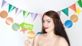 当事人 愉快的生日 庆祝的装饰 滑稽的女孩在板材-如此乐趣微笑和并且显示 a纵向 股票视频
