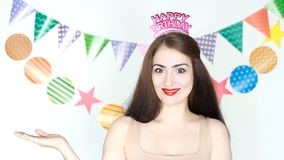 当事人 愉快的生日 庆祝的装饰 滑稽的女孩微笑和展示递copyspace 愉快的年轻人的画象 影视素材