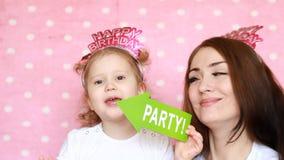 当事人 愉快的生日 母亲和女儿一起戏剧和笑 一个假日的概念,庆祝的装饰 股票视频
