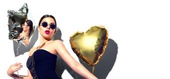 当事人 有五颜六色的心脏和星状气球的美丽的时装模特儿女孩 免版税库存照片