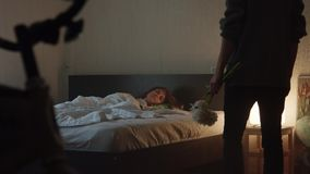 当人进入有花的时,室俏丽的女孩在有光的卧室睡觉在 影视素材