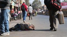 当人们通过时,供以人员睡觉在街道在乔德普尔城 股票录像