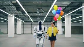 当他们在一间大屋子时,走机器人握妇女的手 股票录像