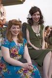 当他们在第二次世界大战20世纪40年代葡萄酒礼服,穿戴二名妇女微笑 图库摄影