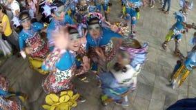 当他们实践跳舞,男孩和女孩华丽椰子服装的在照相机挥动 股票录像