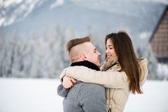 当他们注视彼此,夫妇拥抱 库存图片