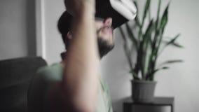 当他是在音乐会或,使用他的VR耳机显示的年轻有胡子的行家人为观看360录影和感到
