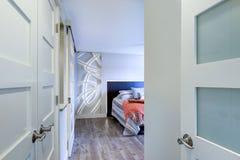 当代公寓房家卧室内部 库存图片