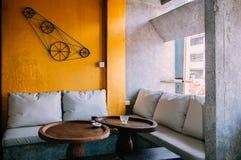 当代沙发长沙发和饭桌和与明亮的黄色 免版税库存照片