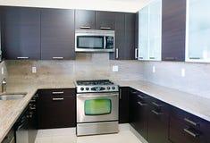 当代花岗岩厨房现代样式顶层 免版税库存照片