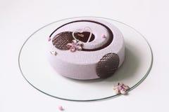 当代蓝莓紫罗兰色奶油甜点蛋糕 免版税图库摄影