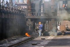 当充电炼焦炉与煤炭时,在电池的天花板工作 免版税库存图片