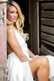当农厂国家或女牛仔打扮的白肤金发的女孩妇女 库存照片