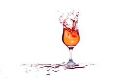 当冰被投掷,鸡尾酒飞溅 图库摄影