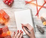当决定为消息写祝贺信与现代元素的,与空间圣诞节和新年假日时 图库摄影