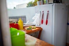 当准备可口汉堡在开放厨房里,街道食物概念时 图库摄影