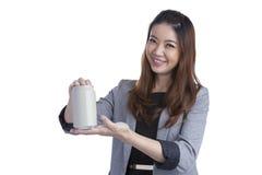 当前一个罐头软饮料的年轻深色的女实业家 图库摄影