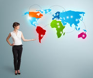 当前五颜六色的世界地图的少妇 库存图片